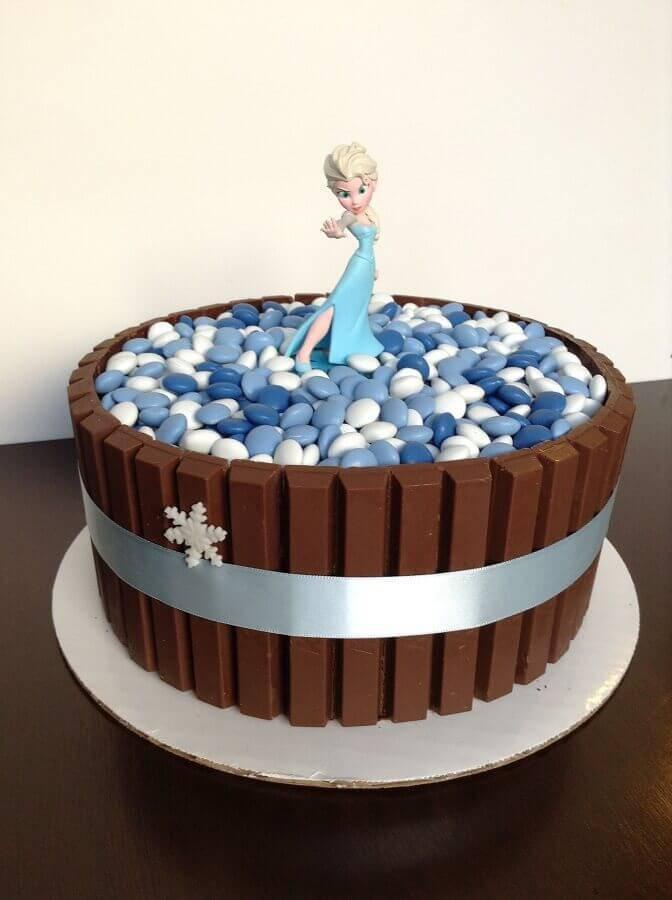 bolo da frozen simples com chocolate e boneca da Elsa Foto A Minha Festinha