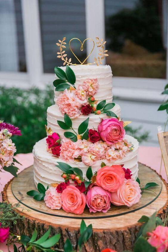 Bolo de casamento na decoração com flores artificiais