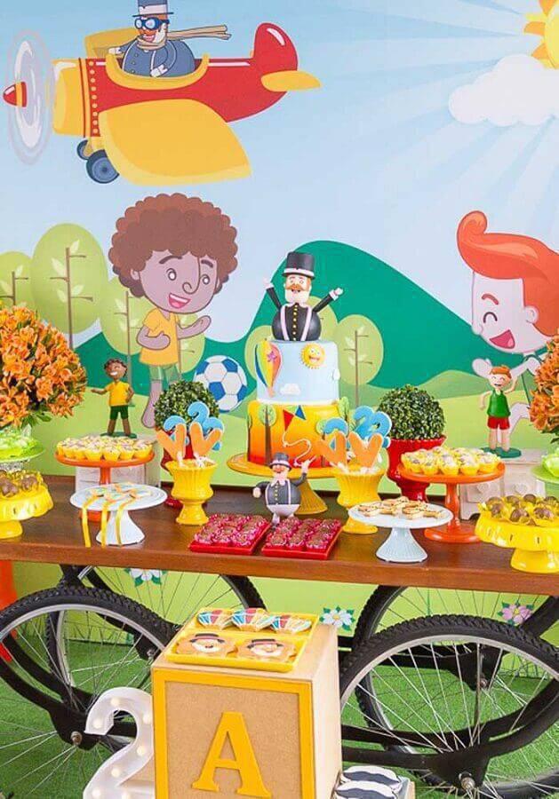 bolo personalizado e detalhes coloridos para decoração festa mundo bita Foto Webcomunica