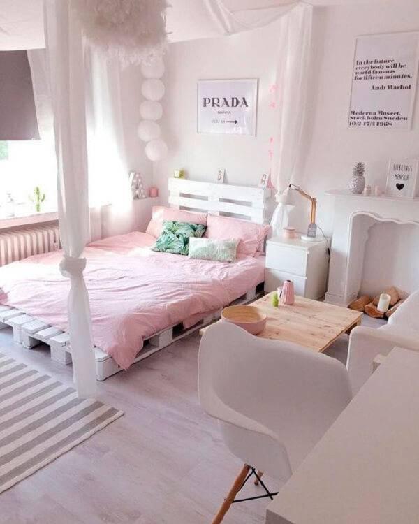 Quarto com decoração clean e cama de pallet pintada de branco