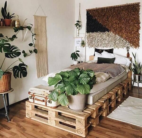 Aproveite a estrutura da cama de pallet para apoiar vasos de plantas