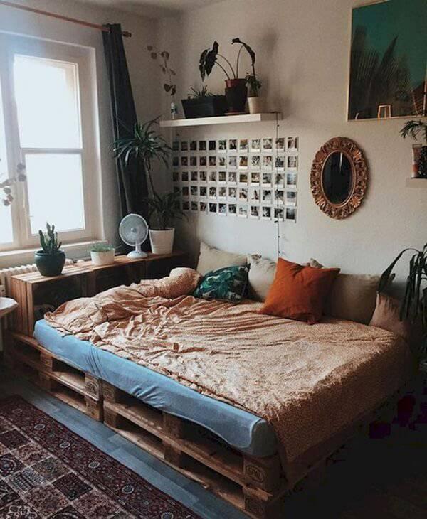 Quarto com cama de pallet e cabeceira feita de caixotes de madeira