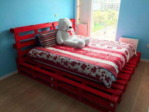 Quarto com cama de pallet vermelha