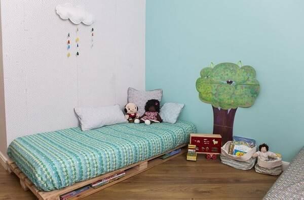 Quarto infantil com cama de pallet e árvore decorativa na parede