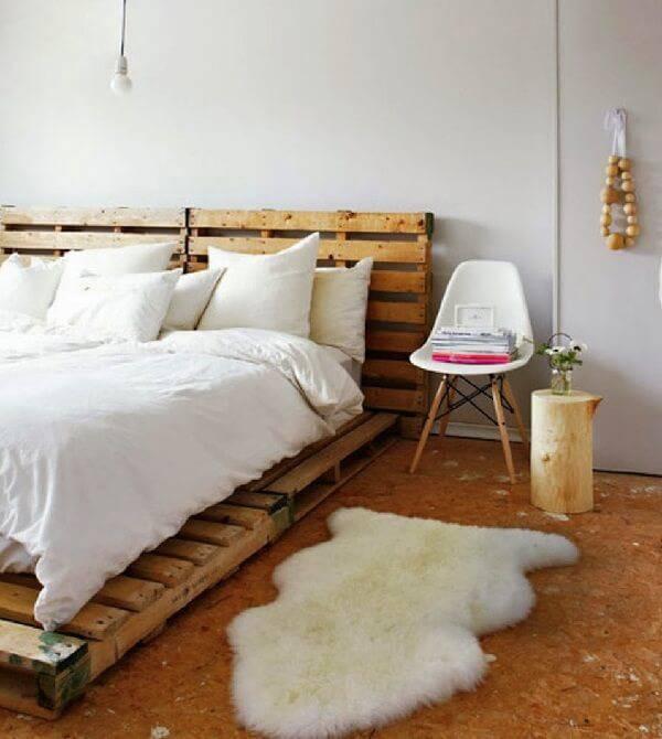 Quarto de casal com cama de pallet com cadeira eiffel