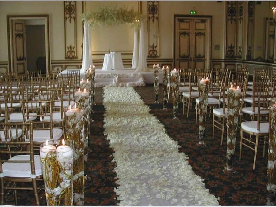 path with white petals and candles for simple wedding ceremony Photo Wedding Decoration