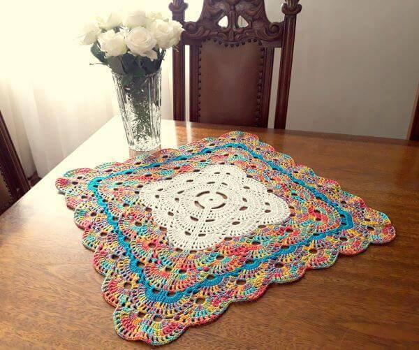 Centro de mesa de crochê quadrado e colorido