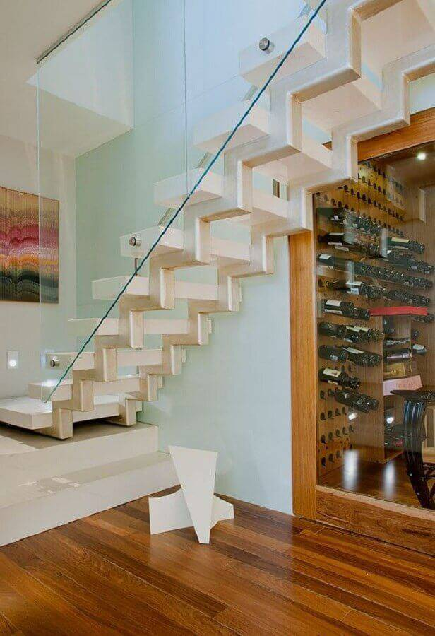 casa com guarda corpo de vidro para escada moderna com adega embaixo Foto Casa de Valentina