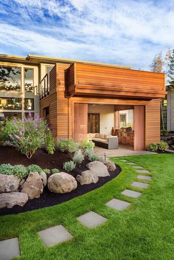 casa com jardim residencial com pedras grandes Foto Getty Images