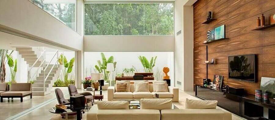 casas lindas por dentro decorada em tons neutros com parede de madeira Foto Pinterest