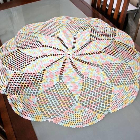 Centro de mesa de crochê colorido