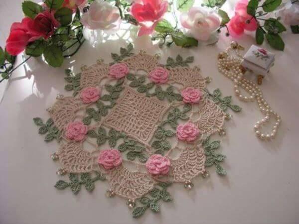 Flores e folhas no centro de mesa em crochê