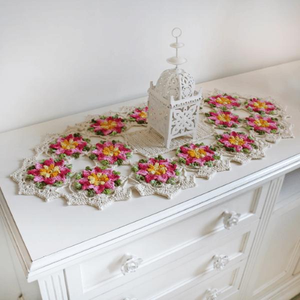 Centro de mesa em crochê com flores