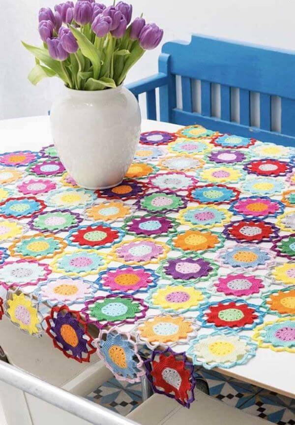 Centro de mesa com flores de crochê