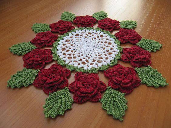 Centro de mesa em crochê com flores e folhas
