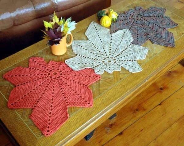 Centro de mesa de crochê com folhas coloridas