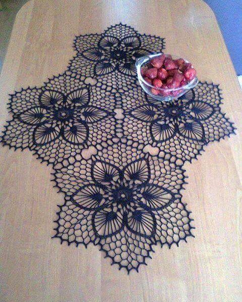 Flores em crochê no centro de mesa