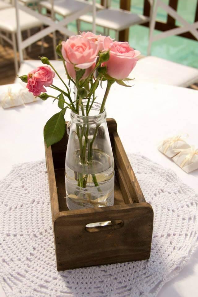 Centro de mesa decorado com flores cor de rosa