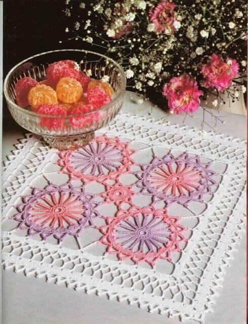 Centro de mesa quadrado com rosa e roxo