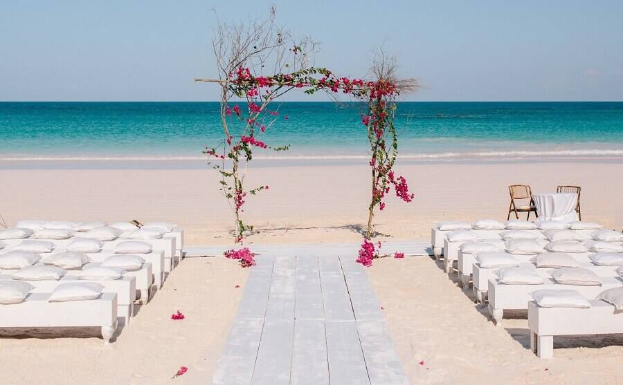 open air wedding ceremony decorated with simple and rustic flower bow Photo Kallima Photography
