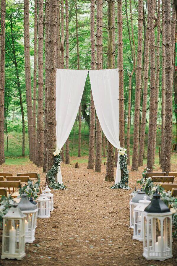 simple outdoor wedding ceremony decorated with candle lanterns Photo Pinterest