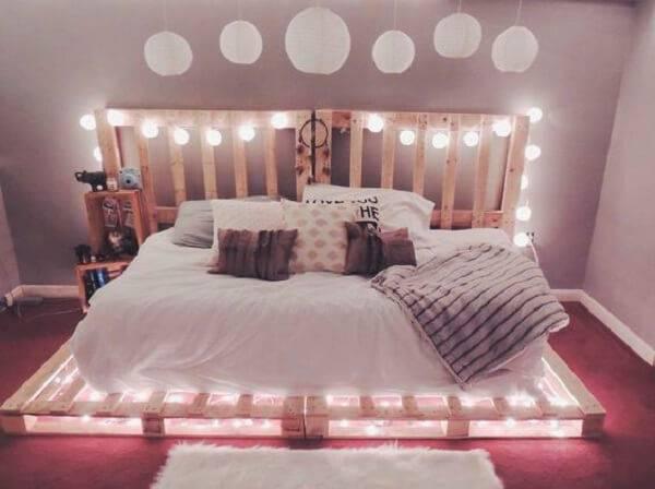Decore a estrutura da cama de pallet com luzes de pisca pisca