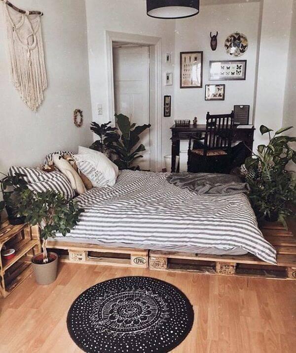 Decore o quarto de casal com cama de pallet e plantas