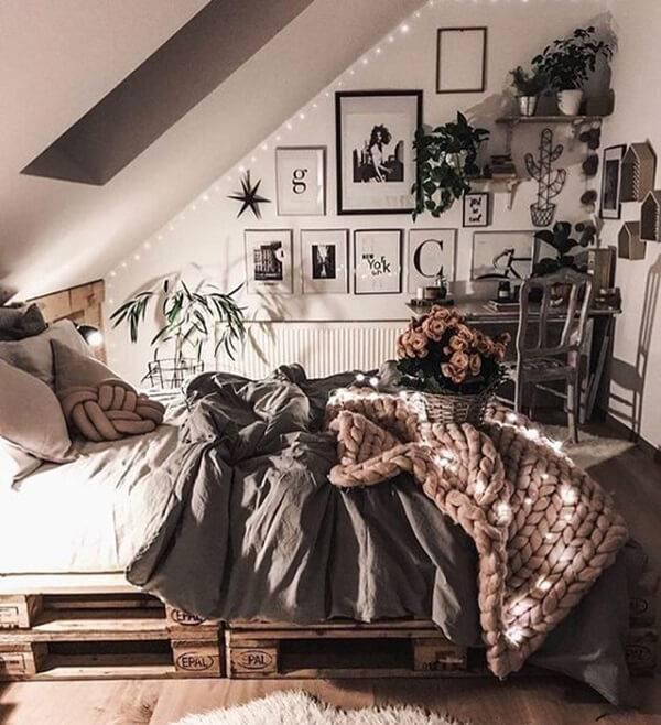 Quarto com decoração descontraída e cama de pallet confortável e rústica