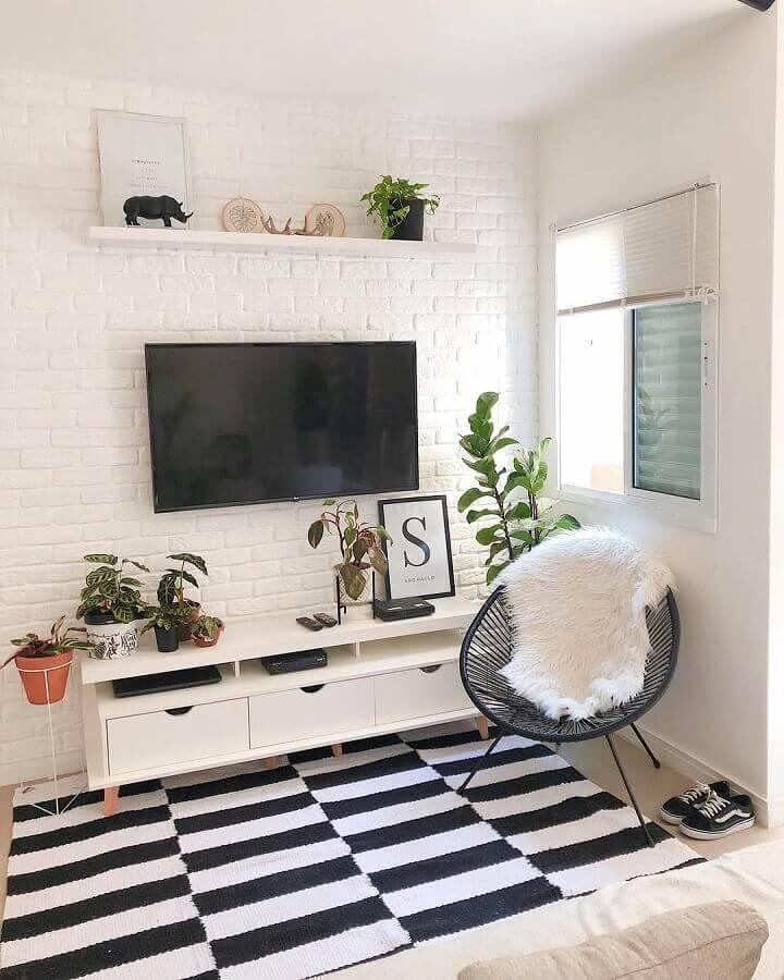 cor branca para sala simples decorada com tapete listrado preto e branco Foto Casa Cobre