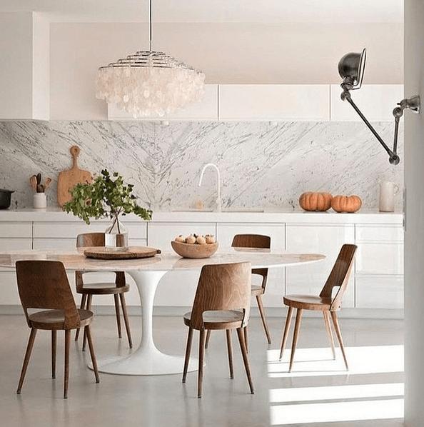 Cozinha com mármore na parede