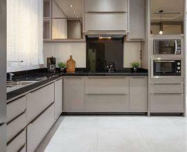 cozinha cinza - cozinha com armários cinza e dois micro-ondas - Instagram