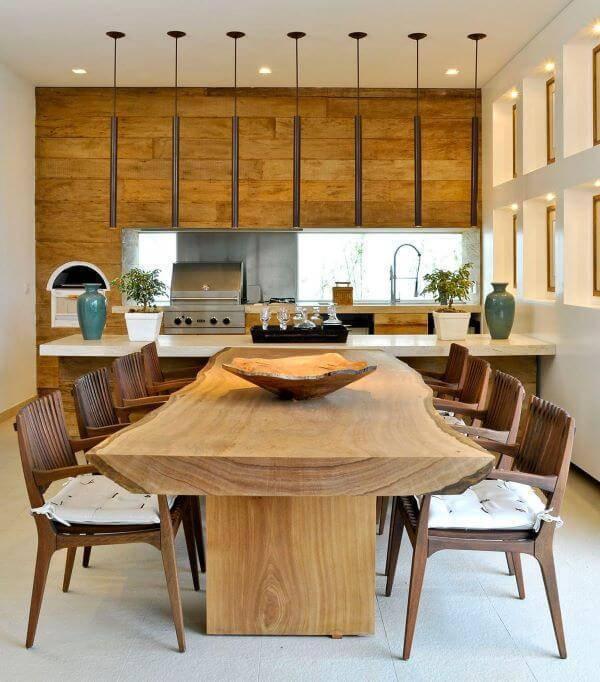 Cozinha com mesa de madeira e cadeiras