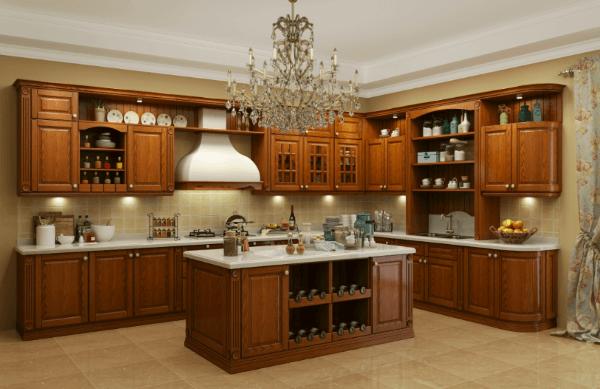 Cozinha de madeira com armários e lustre no centro