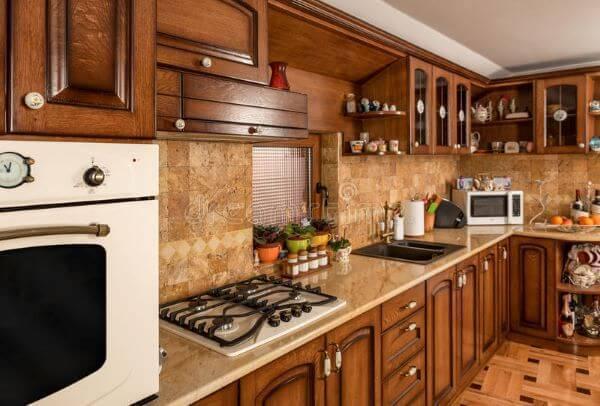 Cozinha de madeira com armários