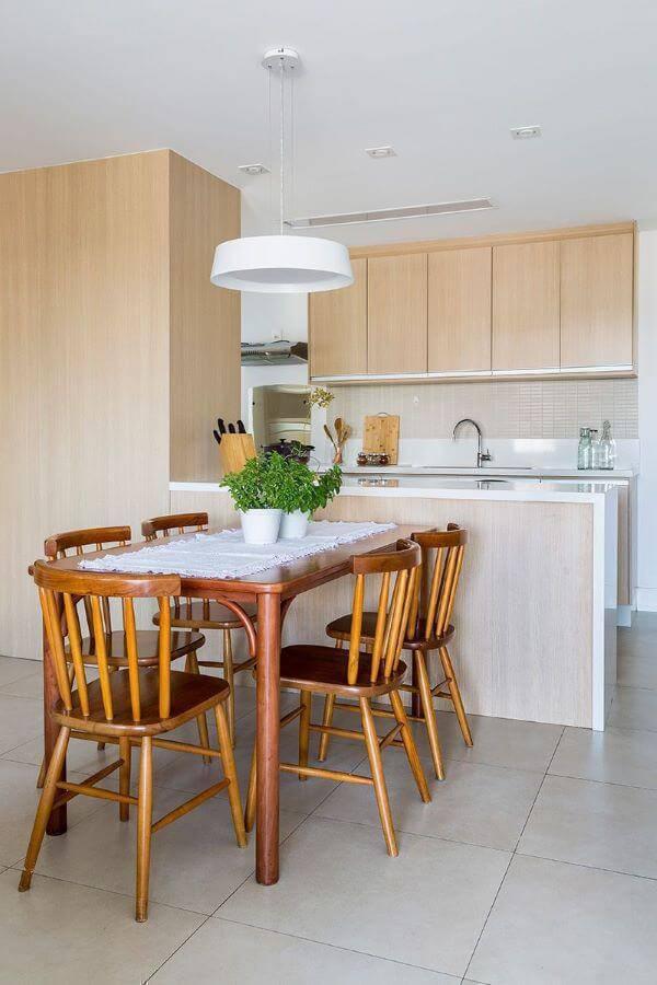 Cozinha de madeira com armários claros