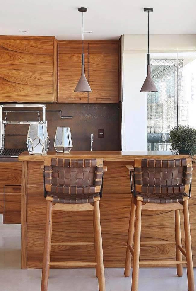 Cozinha de madeira com bancada