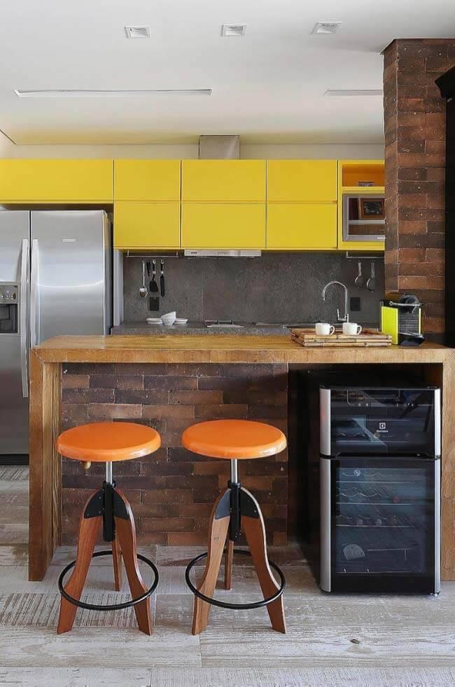 Cozinha de madeira com revestimento de tijolos