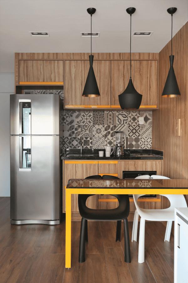 Cozinha de madeira com detalhes em amarelo e preto