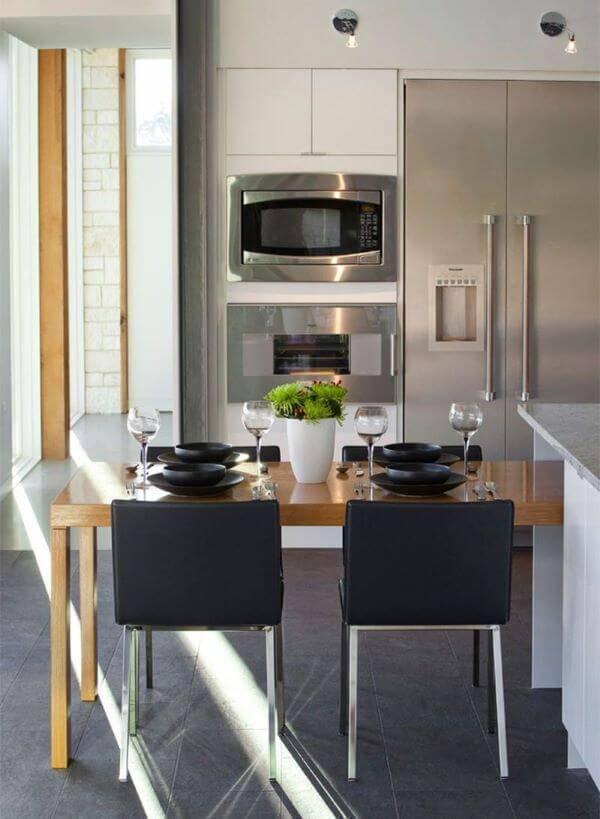 Cozinha de madeira com cadeiras preta