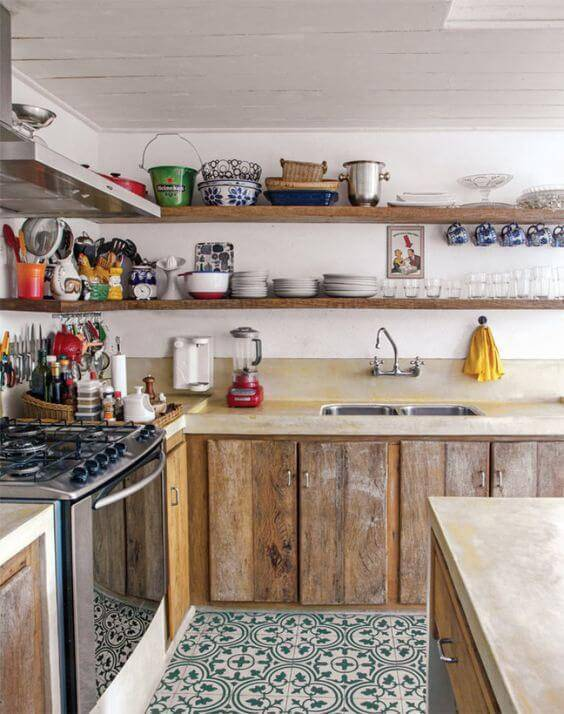 Cozinha de madeira com prateleira