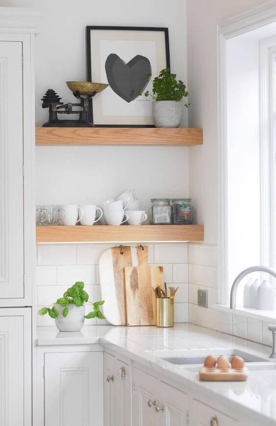 Cozinha de madeira com prateleira e bancada com armários brancos