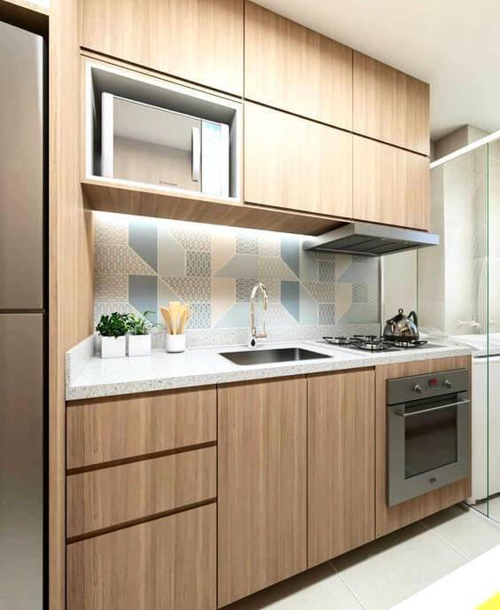 Cozinha de madeira com revestimento azul