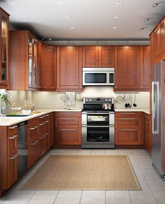 Cozinha de madeira nos armários