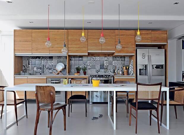 Cozinha de madeira planejada com lustres coloridos