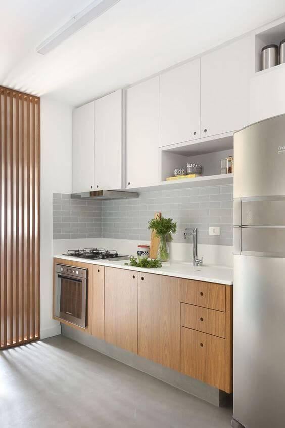 Cozinha de madeira planejada e pequena
