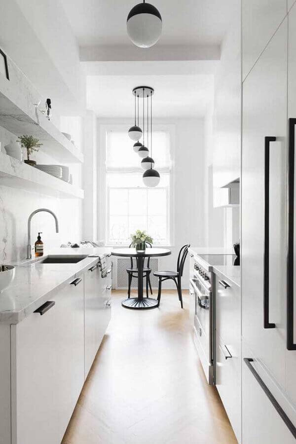 cozinha na cor branca com sala de jantar integrada Foto Danielle Moss