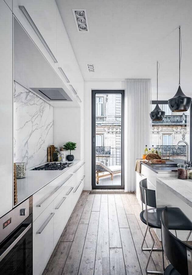 cozinha na cor branca decorada com piso de madeira e pendente preto Foto Wood Save