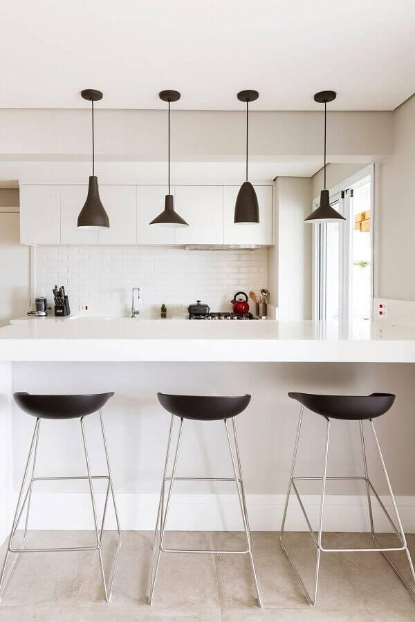 cozinha na cor branca planejada com pendentes pretos Foto GF Projetos