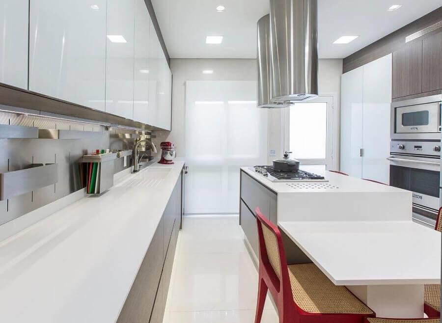 cozinha planejada com ilha na cor branca Foto Rocha e Andrade Arquitetura