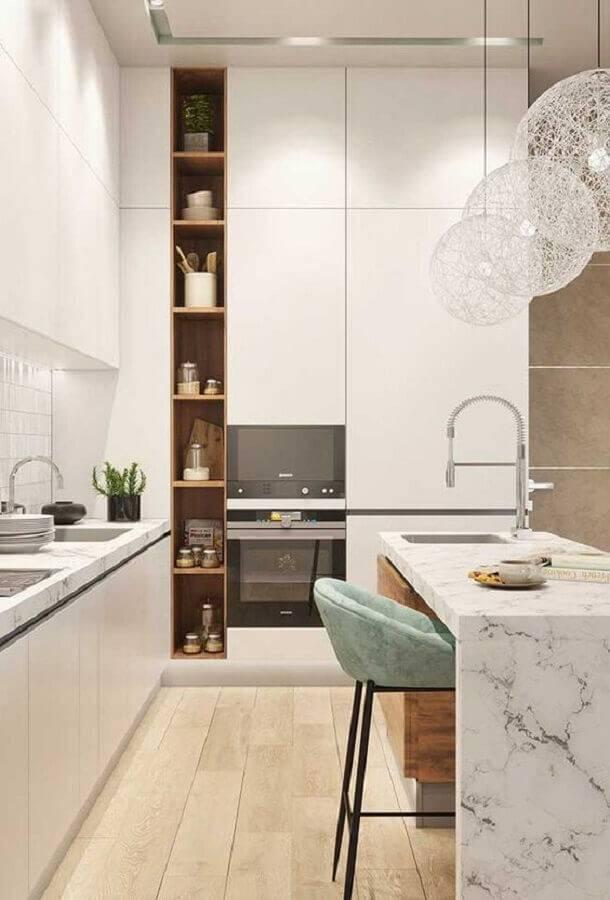 cozinha planejada moderna decorada toda branca com ilha de mármore e pendente moderno Foto Revista VD